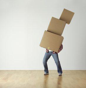 homme portant des cartons de déménagement