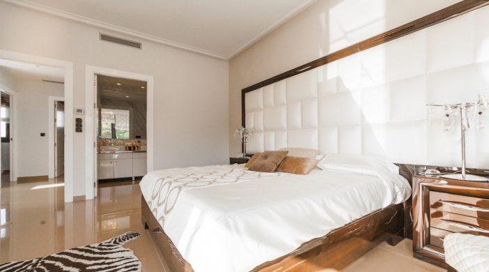 Suite parentale avec un lit king size et une salle de bain attenante